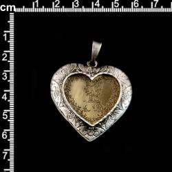 Colgante medio corazón con incial. Corazón, plata óxido. Letra, latón óxido.