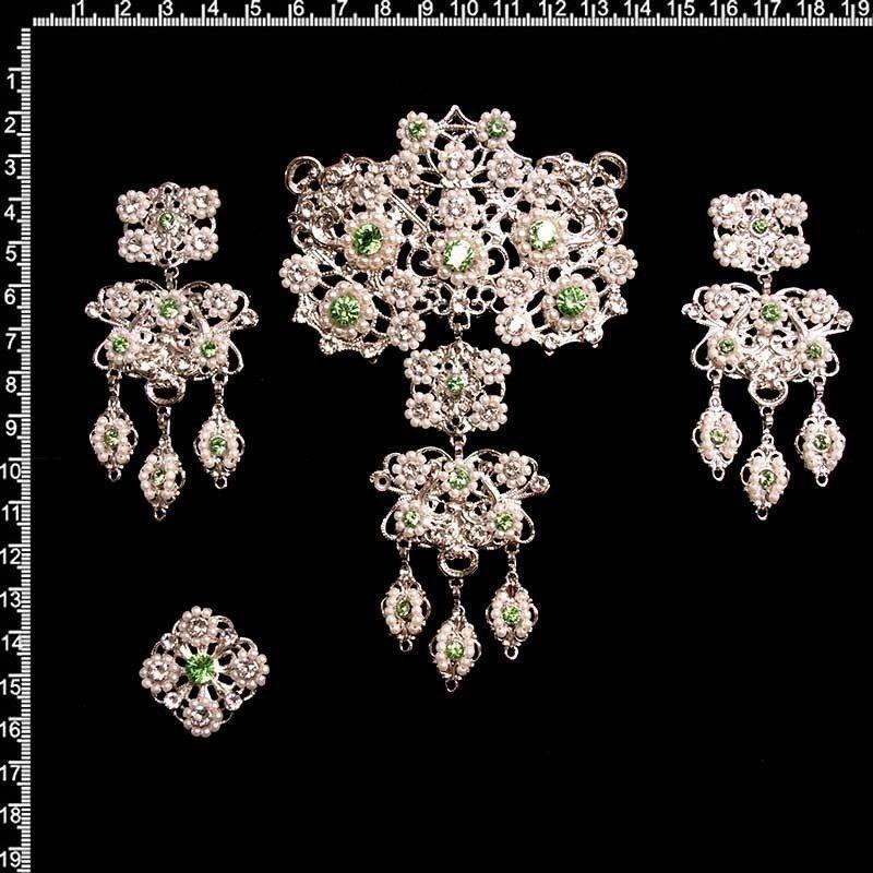 Aderezo de valenciana 9709, peridot, rodio, perla imitación.