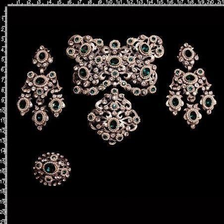 Aderezo de valenciana 244, perla natural, esmeralda, plata óxido.