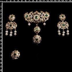Aderezo de valenciana 600, esmeralda, oro, perla natural.