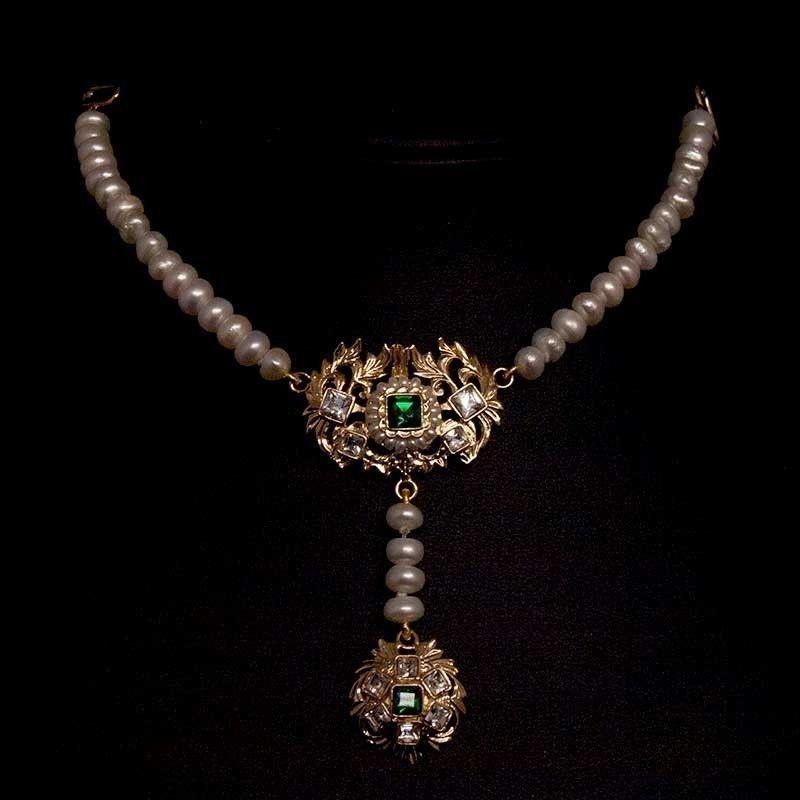 Ahorcador 600, esmeralda, oro, perla natural.