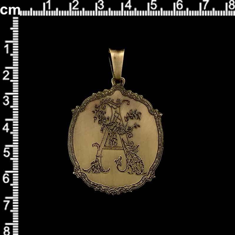 """Medallón inicial """"A"""", latón óxido."""